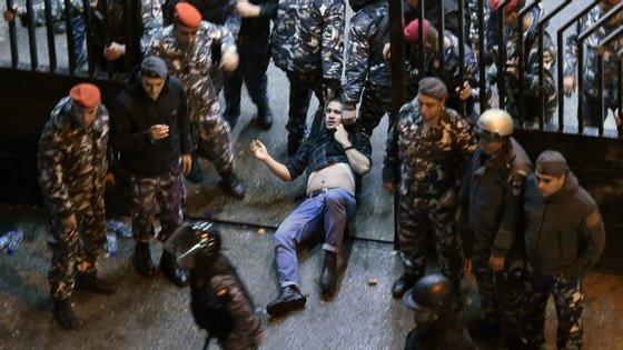 """""""Os protestos começaram há mais de 90 dias e até agora as autoridades falharam completamente em dar resposta às reivindicações dos contestatários"""", disse a diretora de investigação da Amnistia Internacional para o Médio Oriente"""