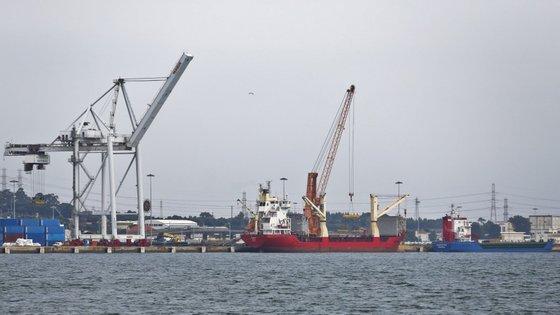 """""""As empresas do Porto de Lisboa não só não estão a cumprir o acordo que previa a aplicação de um aumento salarial de 4% em 2018 e uma atualização de 1,5% em 2019, como estão a pagar os salários a prestações"""", disse o presidente do SEAL"""