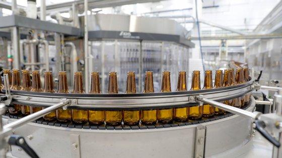 """Autoridades de saúde recomendaram que, """"em decorrência das últimas evidências obtidas, por precaução, nenhuma cerveja produzida pela Cervejeira Backer, independente de marca e lote, seja consumida"""""""