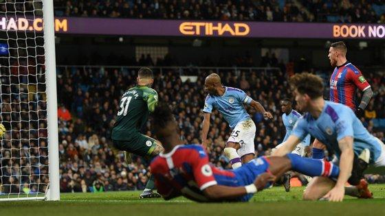 Zaha cruzou, Fernandinho quis tanto cortar a bola e fez o autogolo em cima do minuto 90 que deu o empate ao Crystal Palace