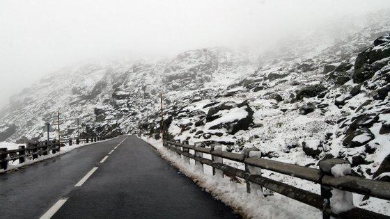 As estradas de acesso ao maciço central da Serra da Estrela que foram encerradas no sábado à noite, devido à queda de neve, foram reabertas este domingo