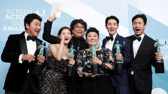 """""""Muito obrigado. É uma grande honra. Apesar do título 'Parasitas', esta história é sobre coexistência e como podemos viver todos juntos"""", disse o ator Song Kang-ho"""