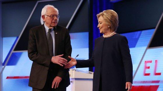 Bernie Sanders e Hillary Clinton, durante a corrida às presidenciais norte-americanas de 2016