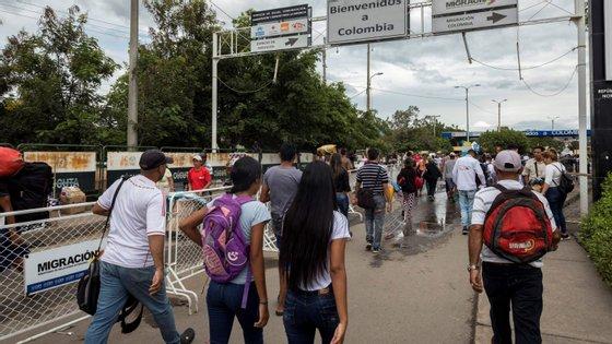 """Pelo menos 16 corpos de civis encontrados em Arauca em 2019, com pedaços de papel sobre as vítimas acusando-os """"informantes"""", """"violadores"""", """"traficantes"""" ou """"ladrões"""""""