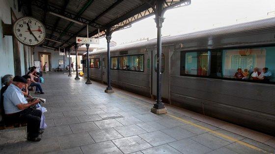 O alerta foi dado às 22h07 e no terreno estão 15 elementos, da PSP, INEM e dos Bombeiros Sapadores de Coimbra, apoiados por cinco viaturas