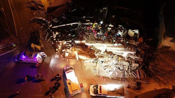 Uma imagem de drone mostra um edifício que colapsou em Maden, província de Elazig. As operações deresgate prosseguem na tentativa de encontrar sobreviventes