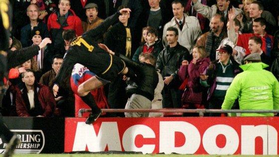 O momento em que Eric Cantona deu um pontapé em modo kung fu a Matthew Simmons, que estava na bancada a insultar o francês