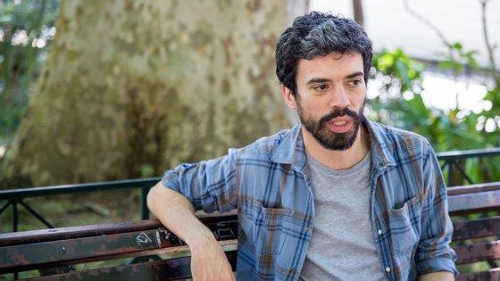 João Tordo conta a história da misteriosa morte de dois homens de negócios, relatada por Pedro Taborda, um aspirante a escritor