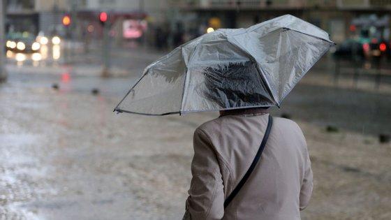 No Minho e Douro Litoral a chuva vai continuar e no Norte e Centro o vento moderado a forte vai regressar