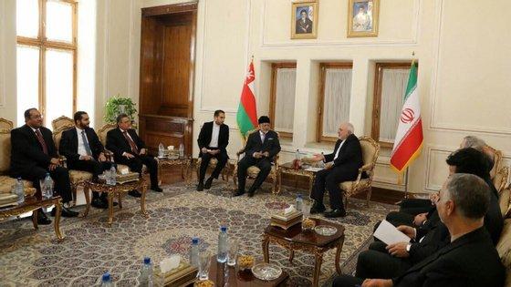 """Durante um discurso em Teerão, o ministro dos Negócios Estrangeiros iraniano, Mohammad Javad Zarifm criticou a """"ilusão segundo a qual apenas 'os olhos azuis' (podem) beneficiar do direito internacional"""""""