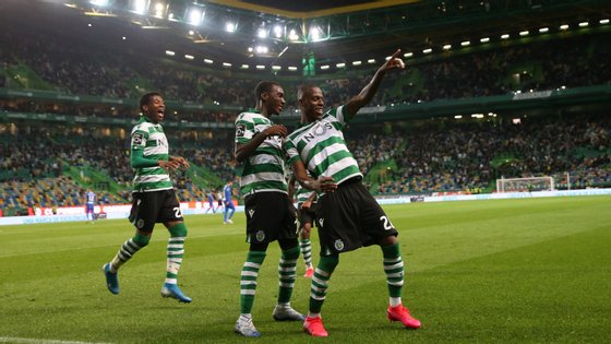 Borja festeja com Rafael Camacho o primeiro golo do Sporting, após assistência do regressado Jovane Cabral