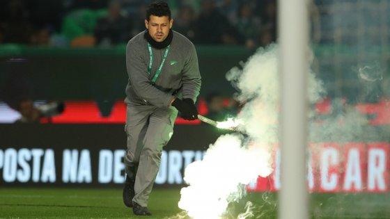 Por reincidência, o Benfica foi multado em 7.013 euros pelo uso de materiais pirotécnicos pelos seus adeptos