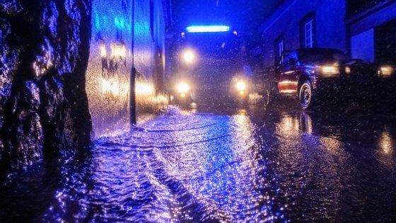 """As ocorrências estão relacionadas com """"inundações em vias e habitações e ainda pequenas derrocadas"""", segundo a Proteção Civil"""
