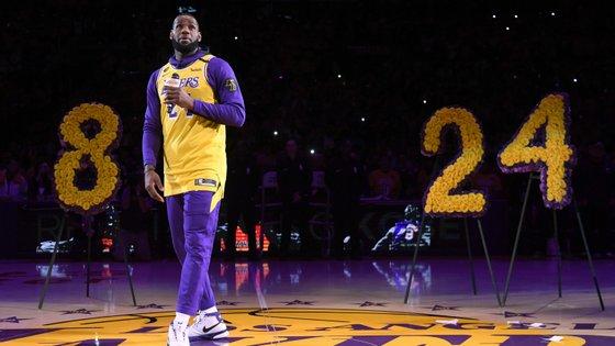 LeBron James fez o discurso para Kobe Bryant no centro do Staples Center antes do início do jogo entre Lakers e Blazers
