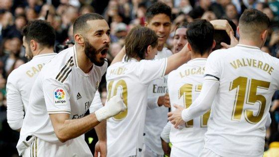 Benzema marcou o único golo no dérbi que deixou o Atl. Madrid afastado quase de vez do título
