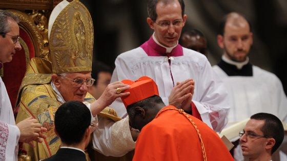 Publicação do livro esteve envolvida em grande polémica com o Cardeal a assegurar que escreveu o livro com Bento XVI, mas concordou em alterar a assinatura nas edições do livro.