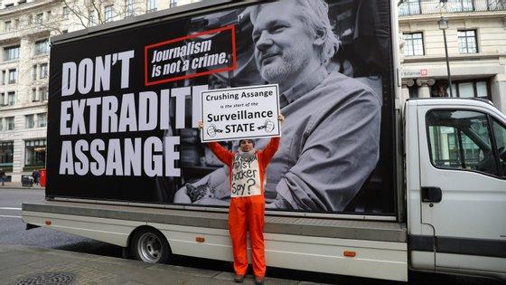 """""""Não é crime publicar crimes de guerra americanos. É do interesse público, é a democracia, que ele possa fazer isso"""", afirmou um dos defensores de Assange"""