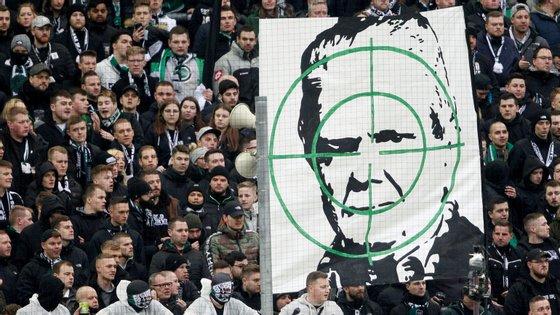 Adeptos do Borussia Mönchengladbach já tinham também protestado contra Hopp (e do Dortmund, e do Colónia...)