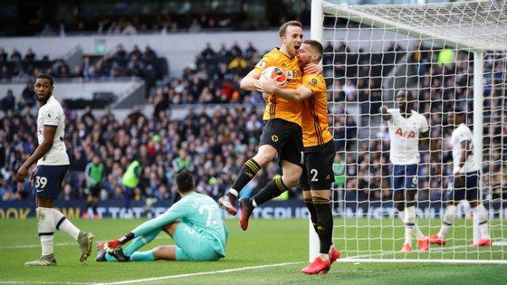 Diogo Jota marcou o segundo golo dos Wolves a passe de Doherty e lançou Raúl Jiménez para o 3-2 da reviravolta em Londres