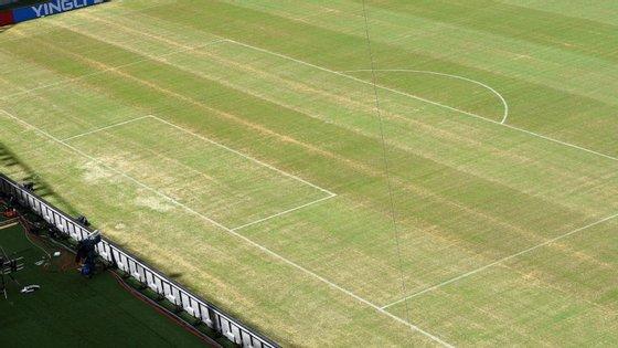 Adeptos da equipa local exibiram faixas a criticar o dono do Hoffenheim, Dietmar Hopp.