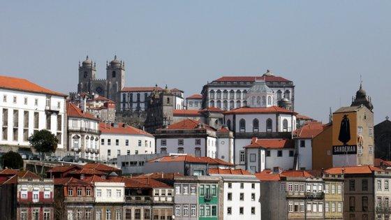 No local encontram-se a Proteção Civil, Polícia Municipal e Bombeiros Sapadores do Porto