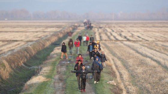 A polícia grega fala do aumento do fluxo de refugiados que chegam à zona de fronteira vindos da Turquia