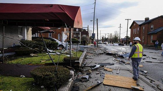 Moradores do histórico bairro de Germantown, em Nashville, estavam desanimados face ao quadro de destruição, enquanto equipas de emergência encerravam as estradas