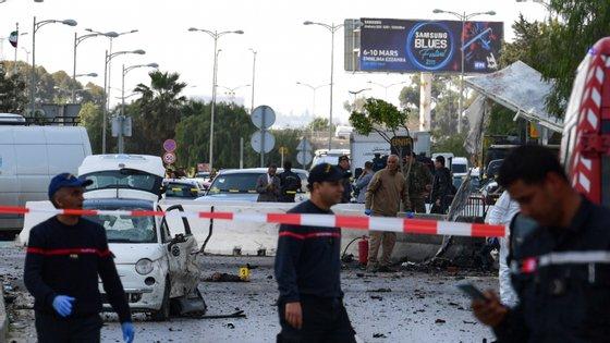 Algumas fotografias partilhadas por pessoas no local mostram carros danificados nas imediações