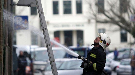 Segundo a Proteção Civil, o incêndio foi considerado dominado às 13h25, mas as ruas João de Deus e Augusto Gil continuavam cortadas ao trânsito