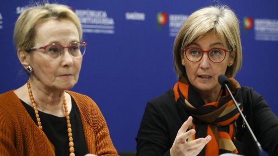 A conferência de imprensa contou com a presença da ministra da Saúde, Marta Temido (à direita), e da diretora-geral da Saúde, Graça Freitas