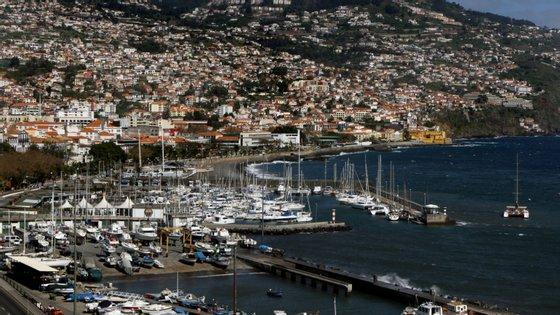 """Pelas 20h58 horas deste sábado """"foi registado nas estações da Rede Sísmica do Continente, um sismo de magnitude 5,1 (Richter) e cujo epicentro se localizou a cerca de 40 quilómetros a Sul do Funchal"""""""