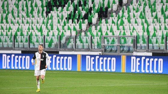 Ronaldo teve duas oportunidades soberanas nos descontos para marcar mas remates saíram a rasar o poste num jogo sem público