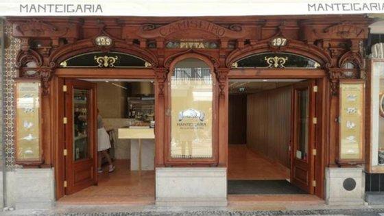 A fachada trabalhada deste espaço, bem como outros pormenores da famosa camisaria, foram preservados.