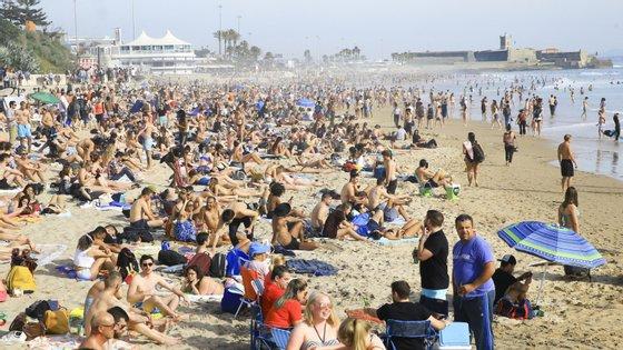 A praia de Carcavelos esta quarta-feira após o fecho de várias escolas para controlar a disseminação do coronavírus em Portugal