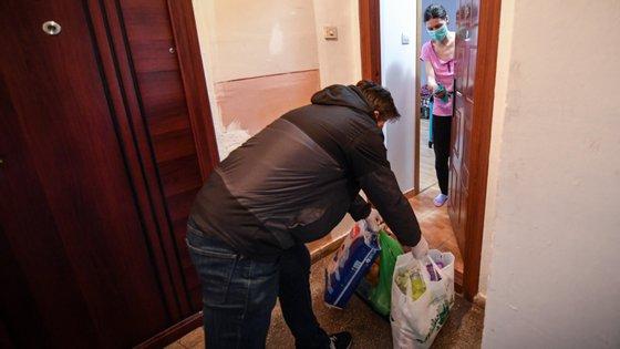 Por toda a Europa há voluntários a fazer compras para quem esteja fechado em casa. No Reino Unido, o movimento está coordenado