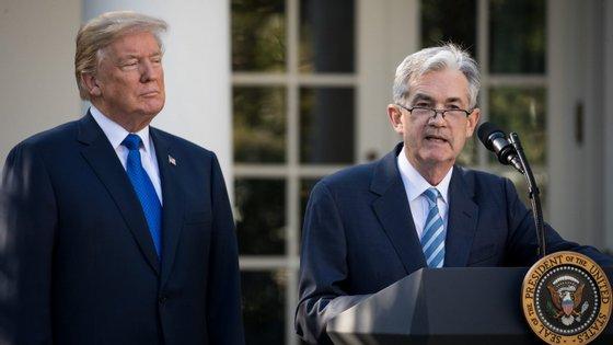 Jay Powell, à direita de Donald Trump, é o presidente da Reserva Federal dos EUA.