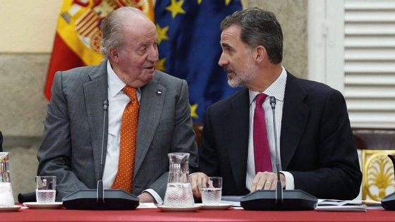 A Casa Real espanhola publicou um comunicado em que informa que, para além de renunciar à sua herança, Felipe VI também retira a Juan Carlos as ajudas de custo anuais que este recebia