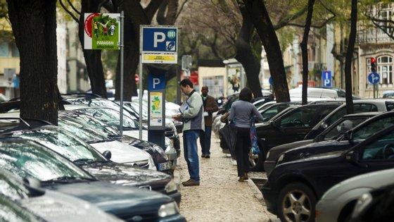 """A CML determina a """"suspensão do pagamento na via pública nas Zonas de Estacionamento de Duração Limitada, nos locais delimitados para o efeito, suspendendo a fiscalização dos mesmos"""""""