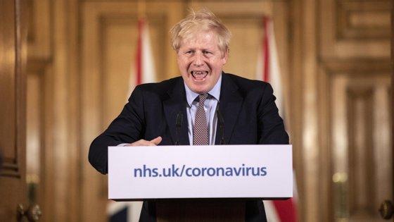 """Depois de dias com uma mensagem confusa, Boris Johnson foi claro na segunda-feira: """"A partir de agora temos de ir mais a fundo"""""""