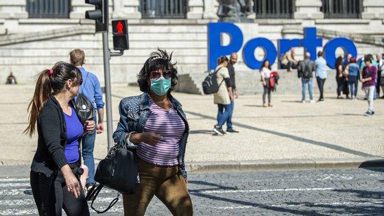 A Câmara Municipal do Porto desenvolveu, juntamente com uma empresa local, um projeto para iniciar a produção de máscaras cirúrgicas de proteção individual para os funcionários municipais que contactam com o público