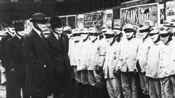 Em Chicago, em 1918, o uso de máscaras também era generalizado. Ao contrário do que é comum, a gripe espanhola atacava com mais gravidade a população jovem e saudável