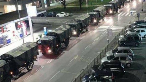 A coluna de camiões militares atravessou a cidade na noite de quarta-feira