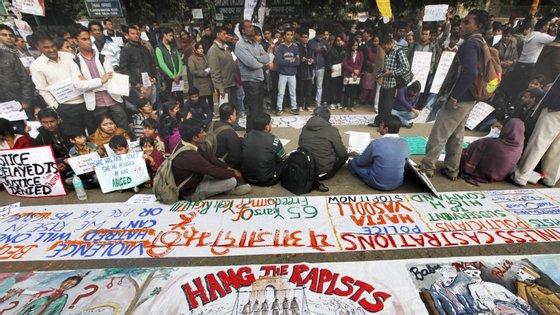 Em 16 de dezembro de 2012, um grupo de homens alcoolizados que seguia num autocarro violou e espancou brutalmente uma jovem estudante de 23 anos, que depois atirou do veículo