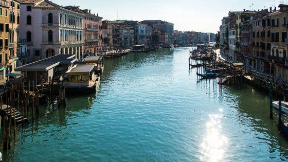 Canais de Veneza costumam estar sujos por causa dos barcos que os percorrem diariamente. Devido ao bloqueio total do país, estão limpos
