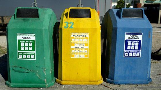 Para continuar a reciclar papel, vidro ou plástico só colocando os resíduos nos Ecopontos
