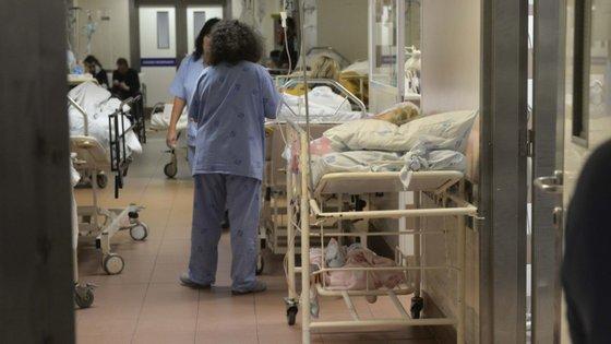"""""""A identificação precoce de sintomas nos profissionais de saúde permite assegurar o seu adequado encaminhamento clínico"""", diz a DGS"""
