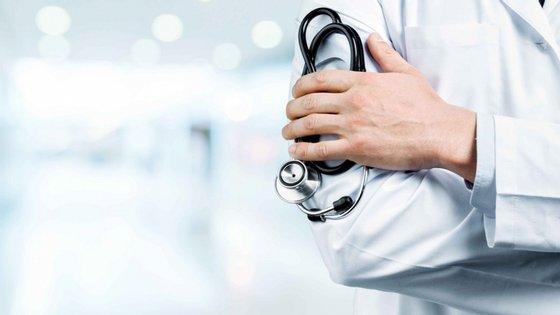 """Médicos expostos a doentes com Covid-19 """"sem prestação de cuidados diretos"""", mesmo sem """"equipamento de proteção individual"""", não têm """"restrição ao trabalho"""""""
