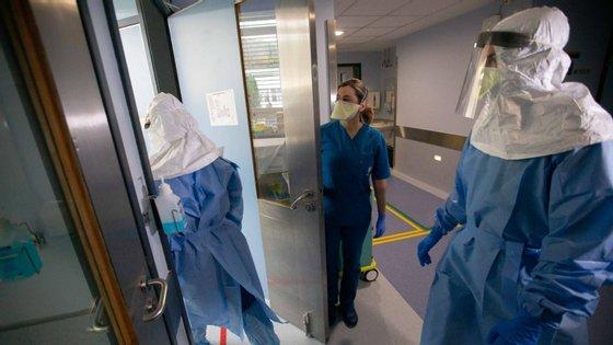 """O sindicato diz que também não aceita """"ouvir administrações [de hospitais] dizer que há equipamentos que têm de ser reutilizados"""""""