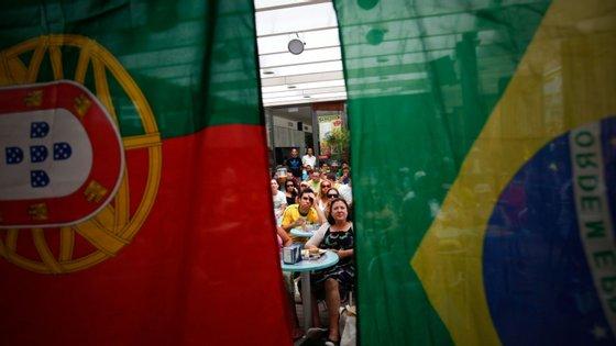 Num grupo na rede social Facebook chamado Brasileiros em Portugal, com mais de 350 mil integrantes, a decisão do Parlamento de suspender denúncias de contratos de arrendamento e despejos ganharam destaque