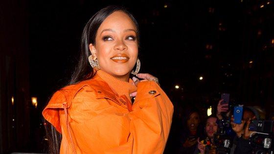 Rihanna doou 5 milhões de dólares para apoiar o combate ao surto, dentro e fora dos Estados Unidos